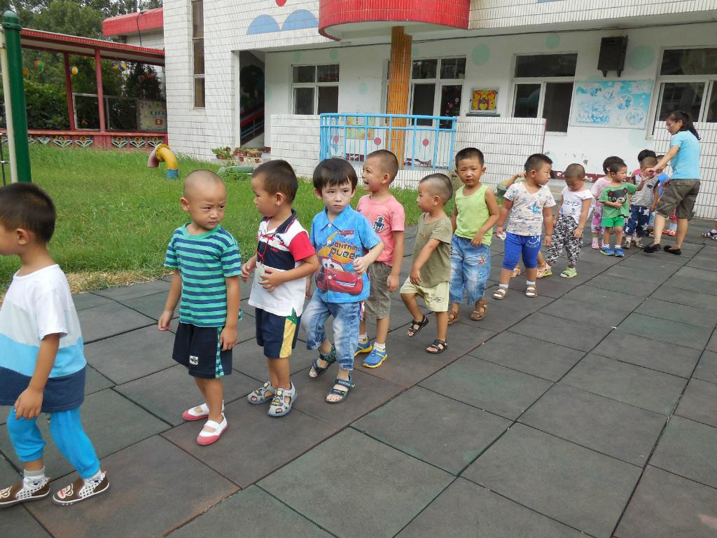 幼儿园小朋友玩排队走图片