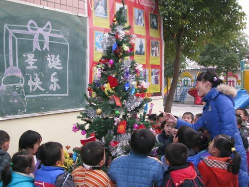 圣诞节活动的开展,不仅把幼儿园装扮的更漂亮,而且让孩子们在快乐中