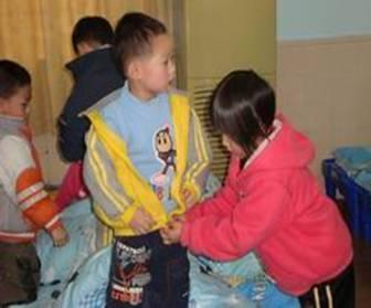 学雷锋月里好事多-东莞市东城区中心幼儿园