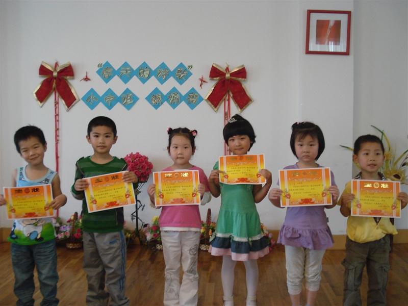 """幼儿园举行小中班""""春天的故事""""诗歌朗诵比赛"""