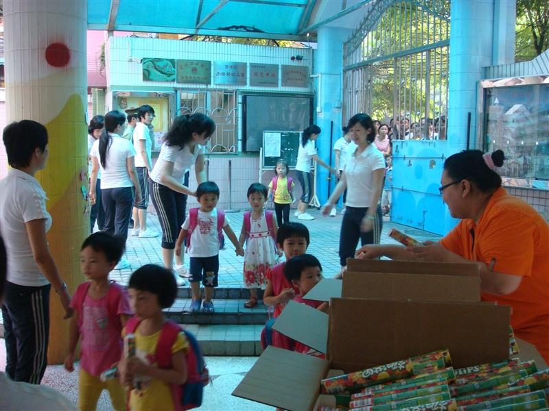 老师还表扬小朋友能高高兴兴上幼儿园呢!